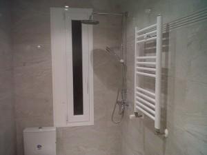 toallero grifería ducha ventana e inodoro terminado