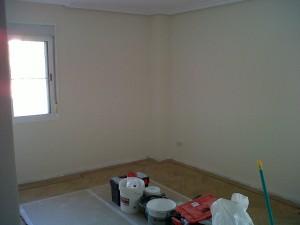 aplicación de dos manos pintura plástica de calidad en salón