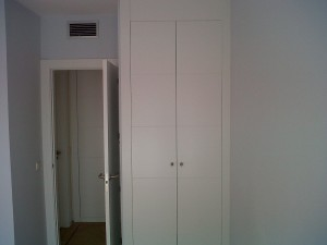 puerta y frente armario lacado blanco a juego