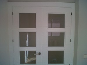 detalle puerta vidriera v4 lacada en salón