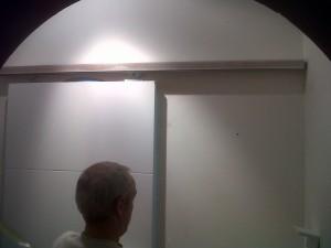 instalación puerta corredera con rail en cocina