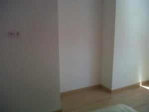 detalle paredes lisas rodapie y tarima instaladas en roble