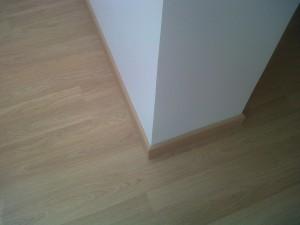 detalle tarima y rodapie instalados en vivienda