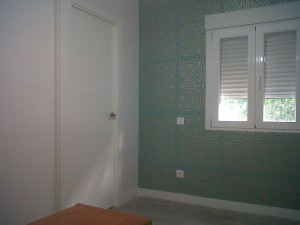 detalle decoración papel vinílico en paredes