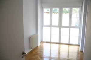 habitación reformada con cerramiento puertas, armario, rodapie, parquet,...