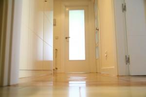 pasillo reformado puerta cocina