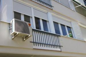 cerramiento fachada terminado y compresor aire acondicionado