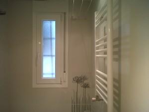 baño reformado ventana aluminio lacada y radiador toallero